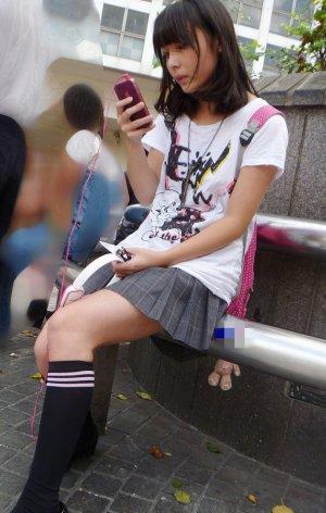 ロリ盗撮生足剥き出しで街歩く美少女の盗撮写真集めたったwww