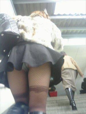 スカートの中を覗き見!ローアングルから撮った盗撮画像
