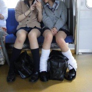 【素人盗撮】電車内で見つけたセクシーでエロい女性のエロ画像集です