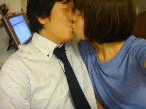 リア充カップルがキスを自撮りしてる素人エロ画像