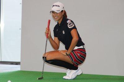 クリーンの上で惜しげも無くパンチラしてくれる女子ゴルファーのエロ画像 表紙