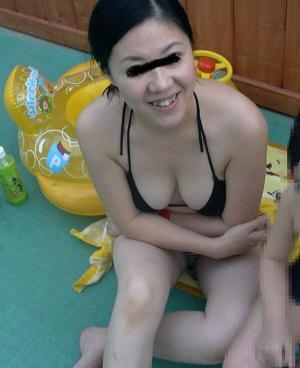 人妻水着画像73枚!プールの子連れママが過激な水着姿でエロ過ぎる!のイメージ