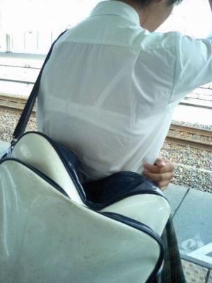 夏服JKの透けブラ画像89枚 濡れた制服から下着が透け見えに!のイメージ
