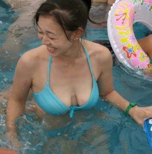 熟女の水着画像54枚 露出過多なおばさんのビキニ姿がきっt…エロい!!のイメージ