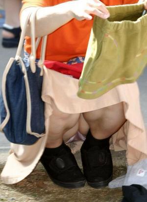 人妻パンチラエロ画像136枚!子持ちママのムレムレなパンツを盗撮!のサムネイル画像