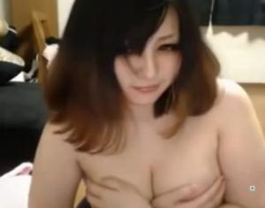 巨乳素人の手ブラ動画でまさかのハプニングポロリ!!のサムネイル画像