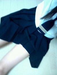 JK制服を脱いで下着姿でM字開脚する着衣エロ自画撮りのサムネイル画像