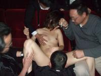 映画館エロ画像38枚!館内で乱交始めちゃうぶっ飛んだ素人発見wwwのサムネイル画像