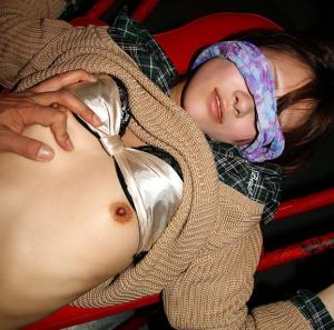 アイマスクと言って目隠しさせて卑猥な姿をこっそり撮影してガッツリ流出したったwwwのサムネイル画像