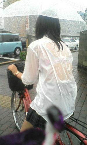【透けブラ】雨の日の楽しみと言えばコレ!濡れ透け下着でも見て気分転換すっか!【画像72枚】のサムネイル画像