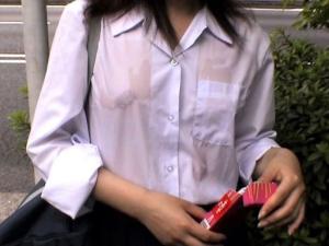 濡れ透けJKの制服から下着〇見えでクッソ犯したくなる‼のサムネイル画像