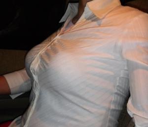 【巨乳 ブラウス】ボタンがはち切れんばかりのデカパイ 137枚大放出!のサムネイル画像