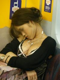 【胸チラ エロ画像】電車で無防備な胸元を披露する素人娘たち→こんなの凝視できるなんて電車最高かよwwwのサムネイル画像