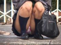 JKしゃがみパンチラエロ画像100枚!街撮りした女子校生のモリマンパンツがエロい!のサムネイル画像