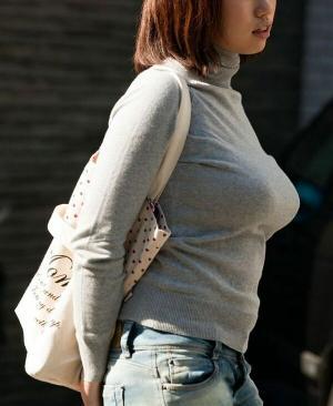 【乳袋エロ画像】豊満な乳袋をぶら下げた街中素人たちから目が離せない件www【画像100枚】のサムネイル画像