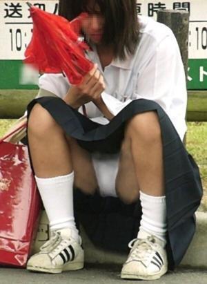 【座り パンチラ】街中の女子校生はスカートのガードがユルすぎるわwwwのサムネイル画像