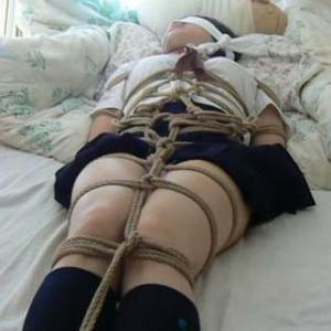 緊縛されて抵抗できない女にエロいことやってみたwのサムネイル画像