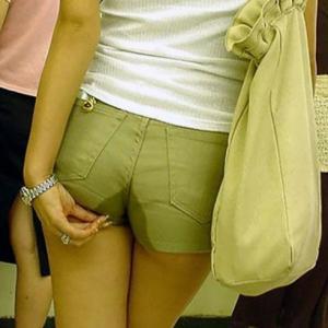 急にやってきた尿意に我慢できずにガチお漏らししてしまった素人娘たちのサムネイル画像