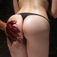 チョコレートを塗った手で女性のお尻を叩くスローモーション動画のサムネイル画像