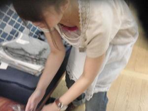 店員エロ画像47枚!仕事中お股や胸元がユルユルは素人娘を隠し撮りのサムネイル画像