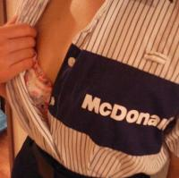 マクドナルドの店員がえっちな格好している画像まとめのサムネイル画像