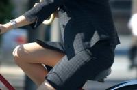 【自転車 エロ】スカート✕自転車=エロ無限大、パンチラ天国のサムネイル画像