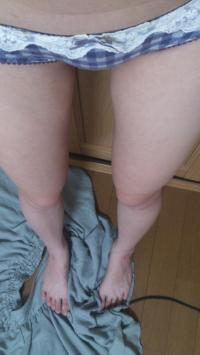 19才貧乳女が可愛いロリ下着姿でM字開脚してパンティ脱いだエロ写メのサムネイル画像