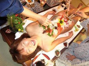 素人でも女体盛りするんだな…「私を食べて」って感じがしてエロいwのサムネイル画像