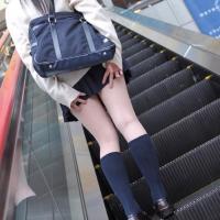 階段でパンチラを気にしてスカートを抑える女たちのサムネイル画像