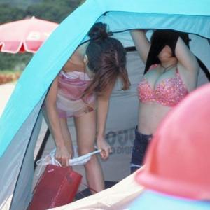 野外で堂々と水着に着替える女たちの盗撮画像のサムネイル画像