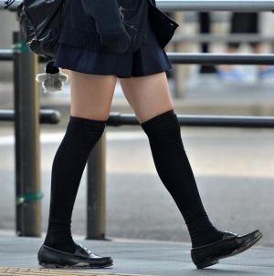 【JK ニーソ】女子校生の絶対領域画像 ミニスカとニーソの間から見せる太ももはまさにサンクチュアリのサムネイル画像