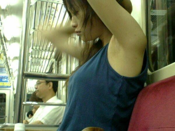 ワキちらエロ画像109枚!電車や街中で生わきマンコを平気で晒す素人を隠し撮りwwwのサムネイル