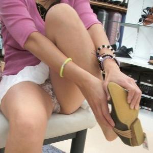 ミニスカ女子のためし履きは逆にこちらの目線を試されてる気がするw※動画ありのサムネイル画像