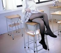 【黒タイツ エロ】黒タイツに浮いた脚の質感エロすぎるwのサムネイル画像
