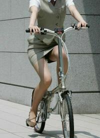 自転車パンチラエロ画像104枚!チャリで通勤しているJKやOLのパンツを盗撮!のサムネイル画像