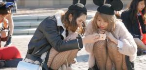 【ディズニー 盗撮】大好きな夢の国で遊んでる娘達は脚とパンツ出しすぎてる説wwwのサムネイル画像