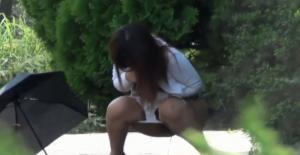 【おしっこ盗撮】外にいるお姉さんが何やらキョロキョロ→ん?おしっこしてるwwwwwwのサムネイル画像