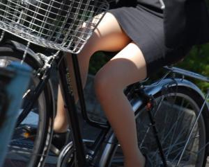 OLの太ももに興奮しちゃうやつ集合!特に自転車乗ってるときの太ももは至高だよな!のサムネイル画像