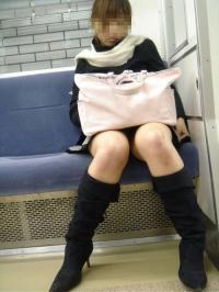 電車に座ってるミニスカのOLってハッキリ言って丸見えですよねwwのサムネイル画像