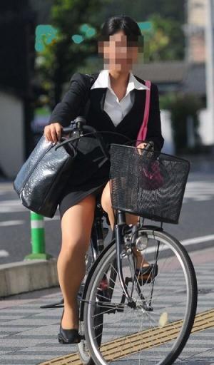 【OL 盗撮】通勤中の健康的な美脚盗撮エロ画像!のサムネイル画像