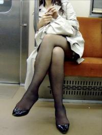 電車で足組んで座ってる女性の太ももがエロ過ぎ!!のサムネイル画像
