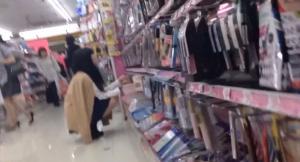 買い物に夢中で下半身が無防備になってるJKの水玉パンツの盗撮に成功してる画像を入手!のサムネイル画像