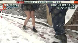 大雪の時に太もも丸出しJKがエロシコのサムネイル画像