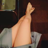【裏垢エロ画像】貧乳ちゃんが自撮りしたモデル並みの美脚がエロすぎる!のサムネイル画像