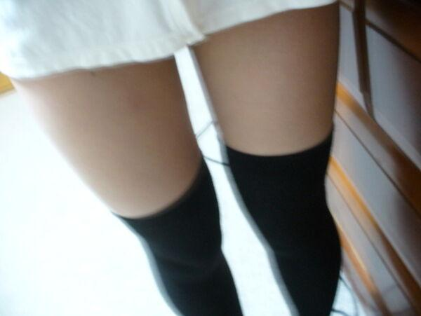 ニーソたくし上げ自画撮り13枚!18歳処女が学生服姿でTwitterにうpwwwのサムネイル