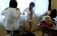 JKお着替え42連発!教室や更衣室で隠し撮りされたエロ画像まとめのサムネイル画像