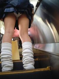 JKエスカレーターエロ64連発!女学生の制服から見える太ももやパンツを隠し撮り画像まとめのサムネイル画像