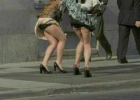 風パンチラエロ画像114枚!強風でスカートがめくれてパンツ丸見えな女子を盗撮!のサムネイル画像