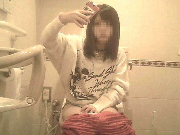 おしっこエロ画像60枚!トイレで放尿中やトイレットペーパーであと処理する姿を隠し撮りのサムネイル