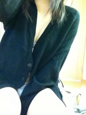 裸にカーディガン羽織っておっぱいポロリノーパンエロ写メ自画撮りのサムネイル画像